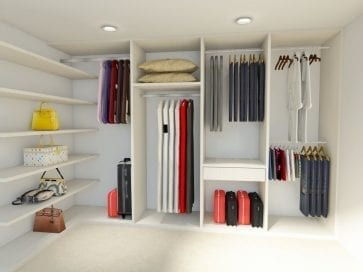 lemari dalam ruangan dengan rak untuk tas